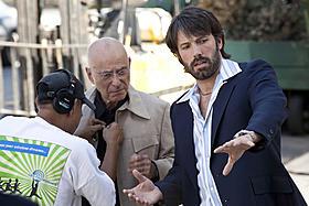 アラン・アーキンを演出中のベン・アフレック監督(右)「アルゴ」