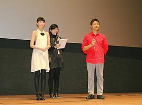 舞台挨拶に立った臼田あさ美と舩橋淳監督「桜並木の満開の下に」