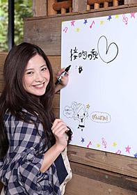 """""""恋活""""応援カフェを電撃訪問した吉高由里子"""