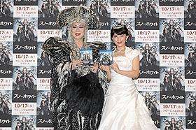 (左より)登場キャラクターにちなんだドレス姿で登場した 美川憲一と福田彩乃「スノーホワイト」