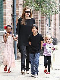 アンジェリーナ・ジョリーと(左から) ザハラちゃん、パックスくん、ビビアンちゃん