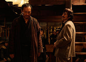 「許されざる者」で体を張った演技をみせる渡辺謙と佐藤浩市「許されざる者」
