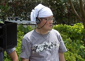 「クロユリ団地」撮影中の中田秀夫監督「クロユリ団地」