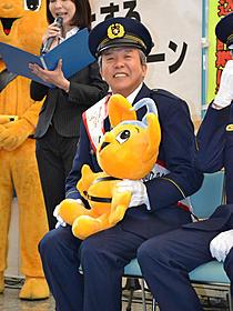 上野警察署1日署長を務めた村上ショージ「カラスの親指」