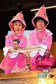 鮭を授与され大喜びの林家ペー&パー子夫妻「砂漠でサーモン・フィッシング」