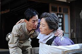 病身の母(田中裕子)を抱き起こす惠介(加瀬亮)「はじまりのみち」