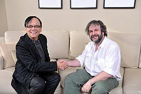 (左より)「ドラゴンクエスト」の堀井雄二と「ホビット」のP・ジャクソン監督「ホビット 思いがけない冒険」