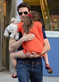 愛娘スリを抱きかかえるトム・クルーズ「アウトロー」