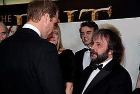 ウィリアム王子(左)と対面したサー・ピーター・ジャクソン(右)「ロード・オブ・ザ・リング」