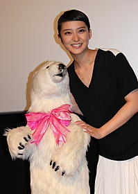 シロクマのぬいぐるみに喜ぶ武井咲「今日、恋をはじめます」