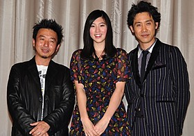 舞台挨拶を盛り上げた大泉洋(右)と三吉彩花、山本透監督「グッモーエビアン!」