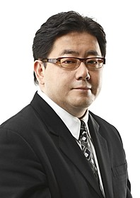「レ・ミゼラブル」テレビスポットに出演した秋元康氏「レ・ミゼラブル」