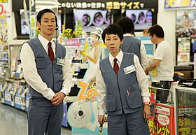 個性的なヘアで家電量販店員を演じた加瀬亮(左)「俺俺」