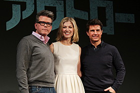 (左から)クリストファー・マッカリー監督、 ロザムンド・パイク、トム・クルーズ「アウトロー」