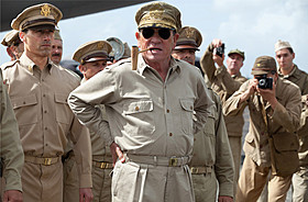 マッカーサーを演じるトミー・リー・ジョーンズ「終戦のエンペラー」