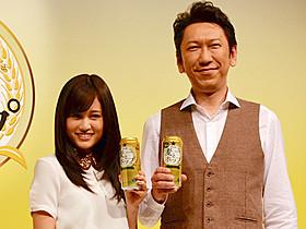「麦とホップ」CMに出演する前田敦子と布袋寅泰