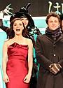 来日したレイチェル・ワイズ、肩出しドレスで登場も寒さでタジタジ