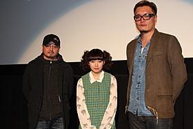 舞台挨拶に立った(左から) 瀧本智行監督、二階堂ふみ、権野元助監督