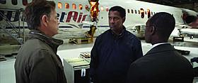 奇跡の不時着を果たしたウィトカー機長は(中央)英雄なのか、 犯罪者なのか?「フライト」
