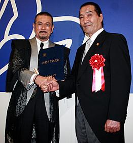 卒業式に臨んだ千葉真一と松浪健四郎理事長