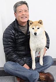 ドッグトレーナーの宮忠臣さんと一緒でご機嫌のイチ「ひまわりと子犬の7日間」