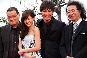 笑顔でレッドカーペットを歩いた前田敦子ら「クロユリ団地」