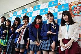 舞台挨拶に立ったNMB48のメンバーと記者初挑戦の島田玲奈ら「NMB48 げいにん!THE MOVIE お笑い青春ガールズ!」