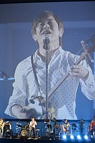 「島唄」を熱唱する宮沢和史