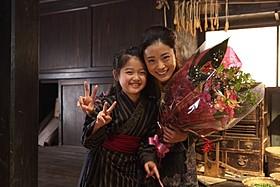 「おしん」の撮影を終えた上戸彩と濱田ここねちゃん「おしん」