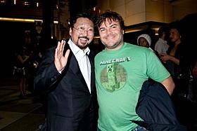 笑顔で肩を組む村上隆氏とジャック・ブラック「めめめのくらげ」