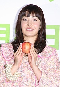 結婚後、初めて公の場に登場した菅野美穂「奇跡のリンゴ」