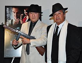 自前の衣装とボルサリーノ帽でギャング風にキメた松方と梅宮「L.A. ギャング ストーリー」