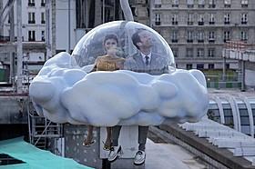 雲の乗り物に乗るコランとクロエ「エターナル・サンシャイン」