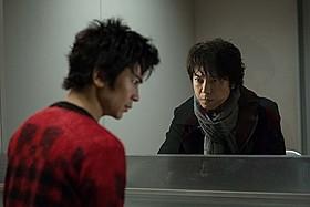 上川演じる二流小説家(右)が、武田扮する死刑囚(左) と出会ったことから再び惨劇が起こる「二流小説家 シリアリスト」