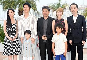 カンヌでフォトコールに応える 福山雅治、尾野真千子、是枝裕和監督ら「そして父になる」
