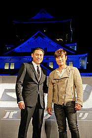 """ブルーに染まった大阪""""ジョー""""と チュウ監督(左)、ビョンホン(右)「G.I.ジョー バック2リベンジ」"""