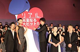 佐藤健、綾瀬はるから豪華キャストが登壇で 場内のボルテージは最高潮「リアル 完全なる首長竜の日」
