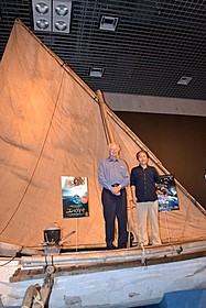 「縄文号」の前でフォトセッションに応じる ヘイエルダール・Jr.氏と関野氏「コン・ティキ」