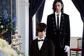 水嶋ヒロ扮する完全無欠の執事と剛力彩芽演じる主人「黒執事」