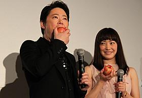 """""""奇跡のリンゴ""""にかぶりつく阿部サダヲ と笑顔で見守る菅野美穂「奇跡のリンゴ」"""