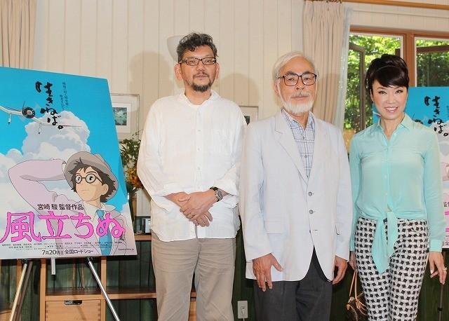 会見に登場した宮崎駿監督(中央)、庵野秀明、松任谷由実