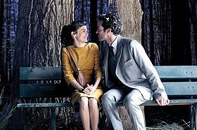ベンチで見つめ合うクロエとコラン「ムード・インディゴ うたかたの日々」