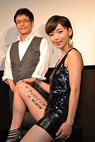 セクシーな太腿を披露した松嶋初音(右)と名越康文氏「13日の金曜日」