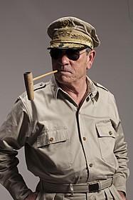 マッカーサー元帥を演じるトミー・リー・ジョーンズ「終戦のエンペラー」