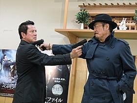 映画の1シーンを再現した千葉真一(右)と谷隼人「ベルリンファイル」