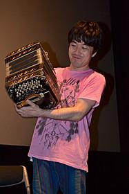 トークとあわせて演奏も披露した小松亮太「25年目の弦楽四重奏」