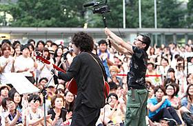 路上ライブを行った高橋優と撮影する園子温監督「陽はまた昇る」