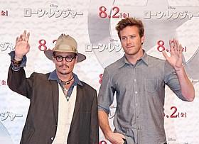 アーミー・ハマー(右)との新作をアピールしたジョニー・デップ「ローン・レンジャー」