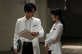 綾野が着ている1点ものの白衣にも注目「シャニダールの花」