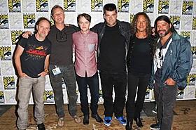 コミコンに登場したメタリカのメンバーとデイン・デハーン(左から3人目)「プレデターズ」